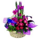 çikolata ve sepette çiçek   Aydın incir çiçek çiçek gönderme sitemiz güvenlidir