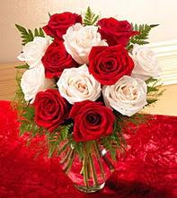 Aydın incir çiçek uluslararası çiçek gönderme  5 adet kirmizi 5 adet beyaz gül cam vazoda