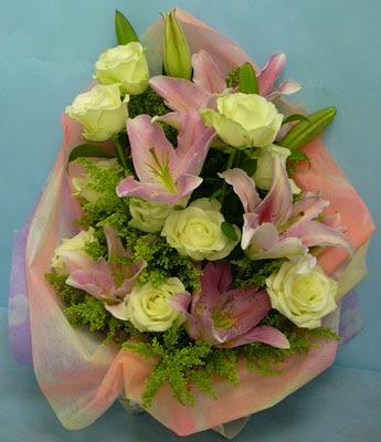 11 adet gül ve 2 adet kazablanka buketi  Aydın incir çiçek internetten çiçek satışı