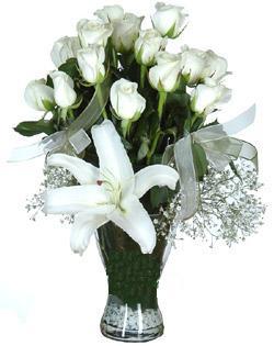 cam içerisinde 11 beyaz gül ve 1 kazablanka  Aydın incir çiçek çiçek siparişi sitesi