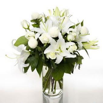 Aydın incir çiçek çiçek gönderme sitemiz güvenlidir  1 dal cazablanca 7 adet beyaz gül vazosu