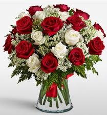 Vazoda 12 kırmızı 12 beyaz gül tanzimi  Aydın incir çiçek uluslararası çiçek gönderme