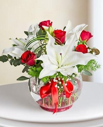Fanus Vazoda 2 Lilyum ve 5 Gül Dansı  Aydın incir çiçek çiçek gönderme